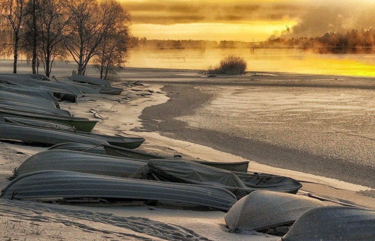Talvimaisema lumiselta rannalta