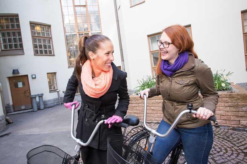 Auri Kohola (vas.) ja Sara Peltola kehittävät virtuaalisia toimintamalleja, jotta nuoret pääsisivät helpommin kiinni työelämään.