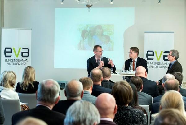 Kuvassa professori Matti Nojonen Aalto-yliopistosta (vasemmalla), EVAn Johtaja Matti Apunen sekä ekonomisti Jouko Rautava Suomen Pankista.