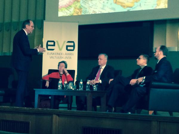 EVAn Kylmä tuuli puhaltaa -keskustelua johti Jorma Ollila (vas.). Keskustelemassa olivat Liisa Jaakonsaari, Olli Rehn, Alexander Stubb ja Sampo Terho.