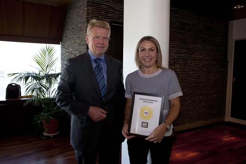 EK:n toimitusjohtaja Jyri Häkämies luovutti Suomen maineikkaimman yrityksen tunnustuksen Supercellille. Palkinnon otti vastaan Supercellin Mariet Louhento.