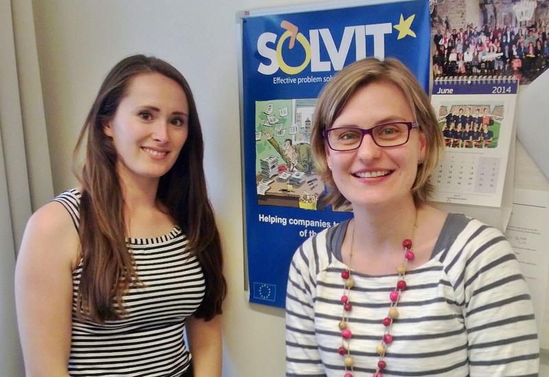 Suomen SOLVIT-keskuksessa asiakkaita opastavat Katri Inki (vas.) ja Venja Henningsen.